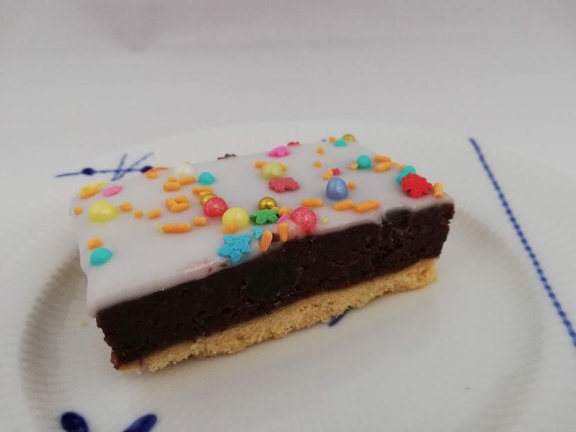 studenterbrød. Studenterbrød er en rigtig god både at bruge kagerester, så det bliver til en ny lækker kage. Hvis man ikke har nogle kagerester, så kan man bage en chokoladekage og bruge den i stedet for kagerester.