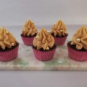 Appelsin-chokolade cupcakes med gold ganache- Disse appelsin-chokolade cupcakes med gold chokolade ganache er bare så vildt lækker. De kan nemt bruges som dessert, til en kop god kaffe eller te, eller også kan de bare spises når man har lyst til en rigtig god kage. De tager ikke så lang tid at lave. Men man skal lige huske, at gold chokolade ganachen skal stå koldt i 8 timer inden den kan piskes, men den passer jo sig selv når den står koldt. Disse appelsin-chokolade cupcakes kan laves dagen før de skal bruges. Når bare de bliver opbevaret i køleskabet. Selv efter på 3. dagen er de rigtig gode, og kage holder sig lækker.