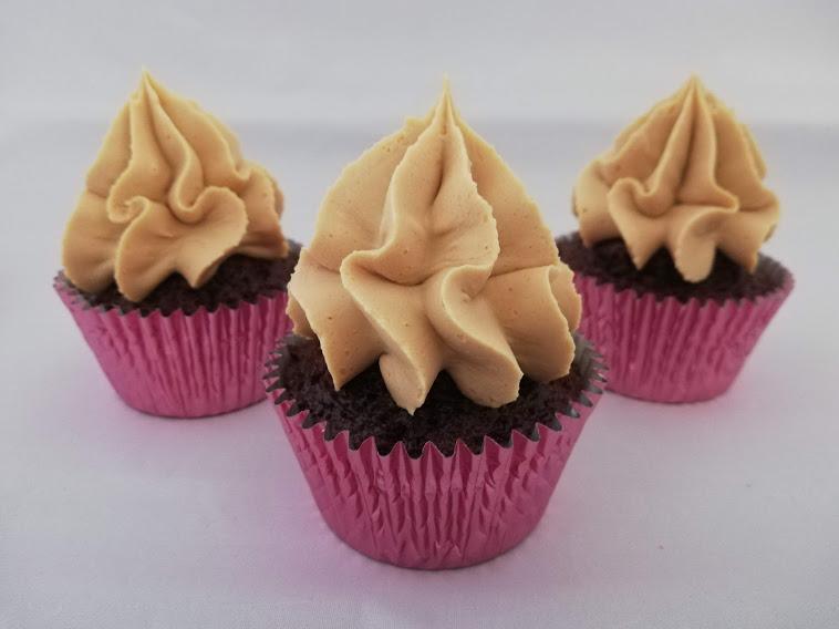 cupcakes med gold ganache uden pynt. Disse appelsin-chokolade cupcakes med gold chokolade ganache er bare så vildt lækker. De kan nemt bruges som dessert, til en kop god kaffe eller te, eller også kan de bare spises når man har lyst til en rigtig god kage. De tager ikke så lang tid at lave. Men man skal lige huske, at gold chokolade ganachen skal stå koldt i 8 timer inden den kan piskes, men den passer jo sig selv når den står koldt. Disse appelsin-chokolade cupcakes kan laves dagen før de skal bruges. Når bare de bliver opbevaret i køleskabet. Selv efter på 3. dagen er de rigtig gode, og kage holder sig lækker.
