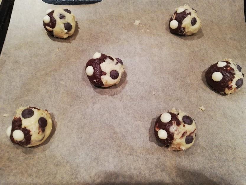 yin yang cookies kugler. Nogle gange så kan jeg ikke helt finde ud af, om det er en lys eller mørk cookies, jeg har lyst til at bage. Men hvorfor skal man egentlig vælge. Jeg har derfor lavet denne opskrift på yin yang cookies, som både er en lys vanilje cookies, og en mørk kakao cookies, som så bliver sat sammen til en cookies. De smager super dejlig, og kan holde sig i flere dage i en kagedåse, hvis de ikke bliver spist med det samme.