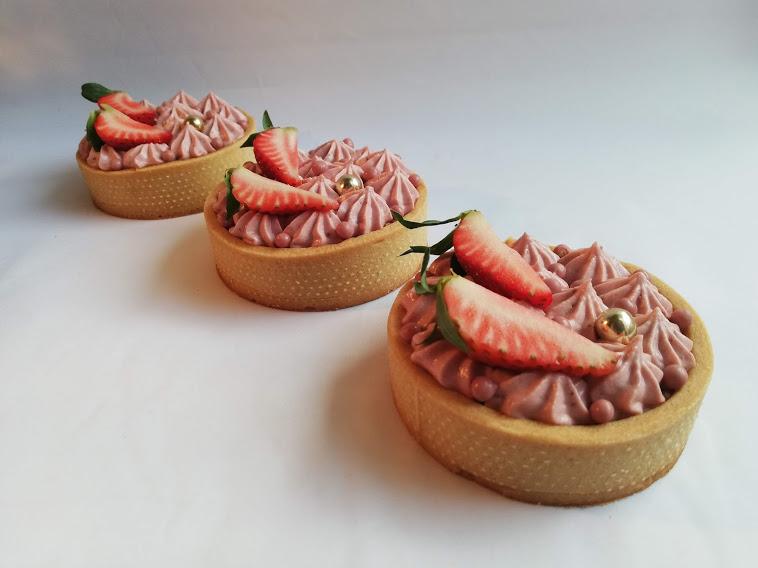 Jordbærtærter 3 på stribe. Disse jordbærtærter med et tvist af Ruby, smager helt fantastisk, og er et godt bud på en lidt anderledes jordbærtærte. Ruby chokolade og jordbær passer bare rigtigt godt sammen, men hvis du ikke kan få fat i Ruby chokolade, så kan den skiftes ud med hvid chokolade. Jeg skriver at de skal pyntes med friske jordbær, fordi det jo er en jordbærtærte, men de vil også være rigtig lækker med andre friske bær, så hvis det er sæson for andre bær, så syntes jeg klart man skal pynte med dem. Rigtig god fornøjelse med denne opskrift.