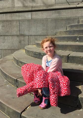 Amélie waits on the steps