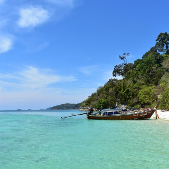 azuurblauwe zee van koh lipe eiland in thailand
