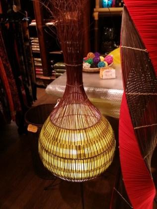 ラタンと布で表現した 大型ランプ