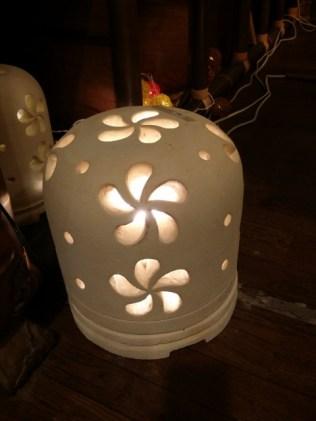 ライムストーン。 白い石を彫刻したランプ