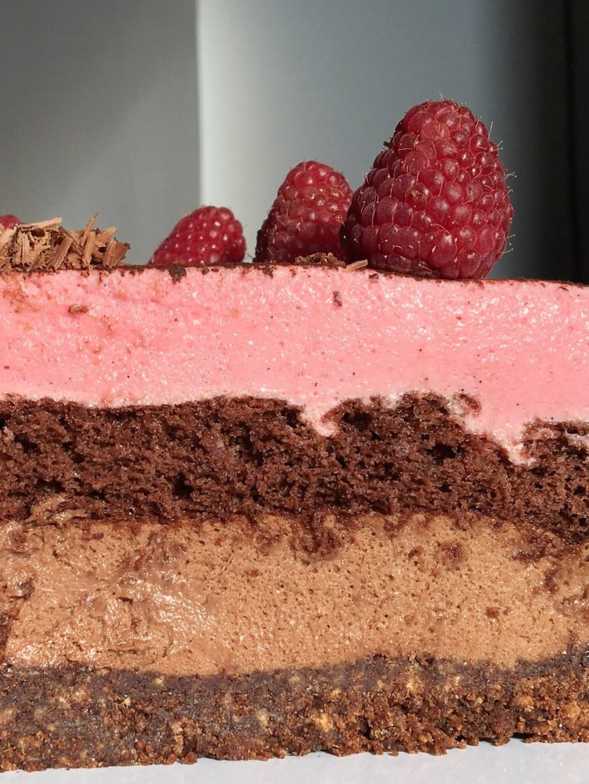 Lagkage med chokolade- og hindbærmousse