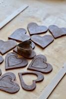 Kakaomørdej til småkage med sukkervindue udstikkes Bagvrk.dk