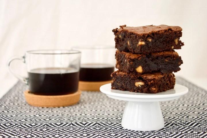 Brownie med kaffe i baggrunden Bagvrk.dk