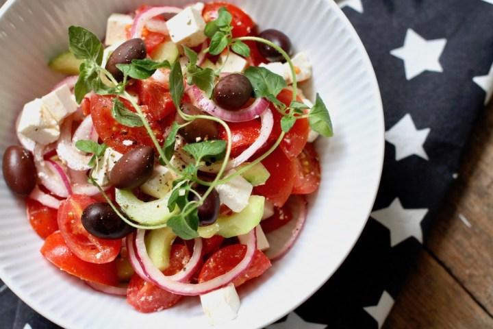 Græsk salat som tilbehør Bagvrk.dk