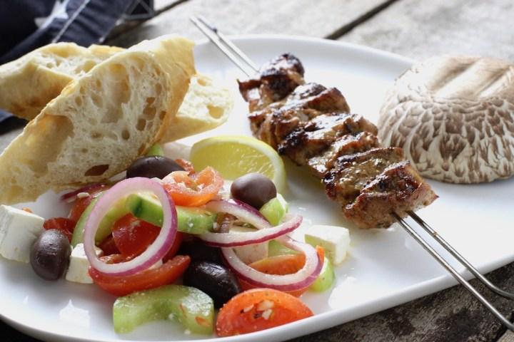 Souvlaki med græsk salat Bagvrk.dk