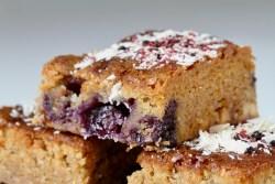 Blondie med blåbær hvid chokolade lakridsdrys nærbillede, Bagvrk.dk