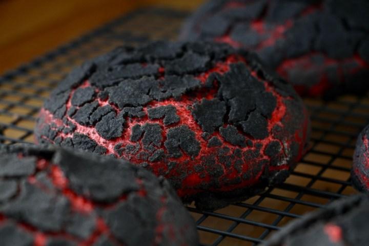 Chiliburgerboller som grillkul - rød med krakeleret sort dej - Bagvrk.dk