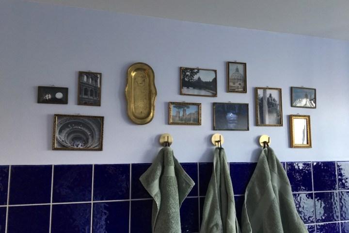 Badeværelse indretning billeder billedrammer håndklæde krog guld Bagvrk.dk