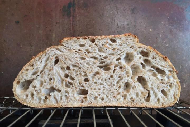 Et surdejsbrød med en krumme, som alle sukker efter at bage Bagvrk.dk