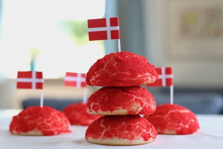Røde farvede sandwichboller med flag Bagvrk.dk
