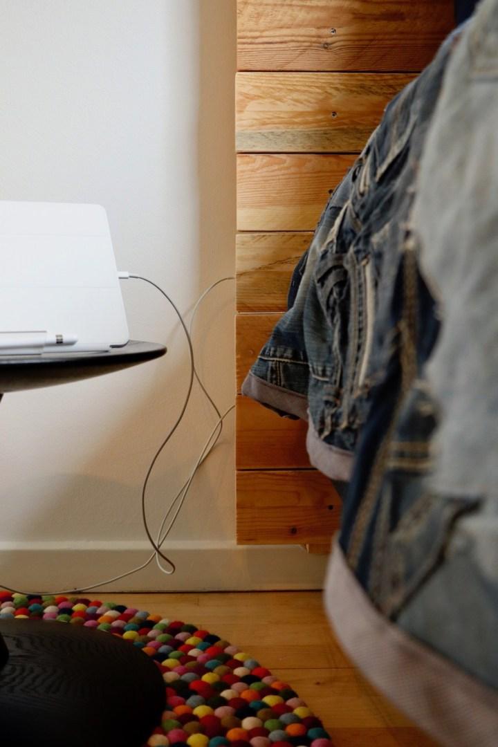 Stikdåsen er skjult bag hovedgærdet Bagvrk.dk DIY teenageværelse indretning