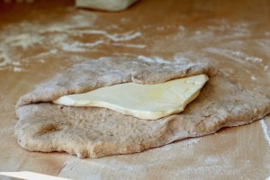 Dejen lukkes omkring margarinen som en konvolut Bagvrk.dk