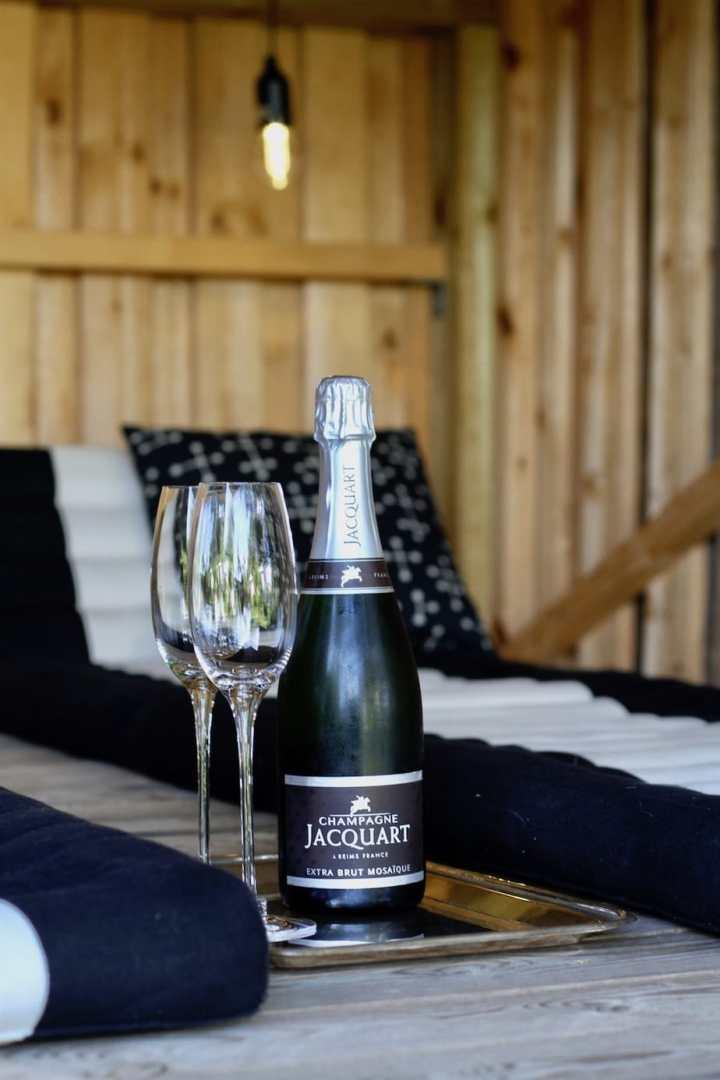 Indretning i shelteret med trekantmadrasser og belysning champagne Bagvrk.dk