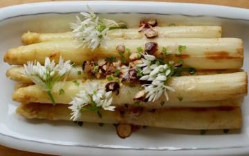 Hvide asparges med brunet smør og hasselnødder Bagvrk.dk udvalgt