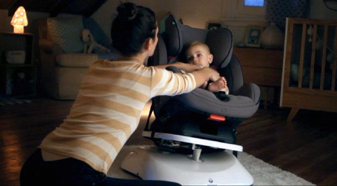 Una silla para bebés que imita el movimiento y sonido del auto