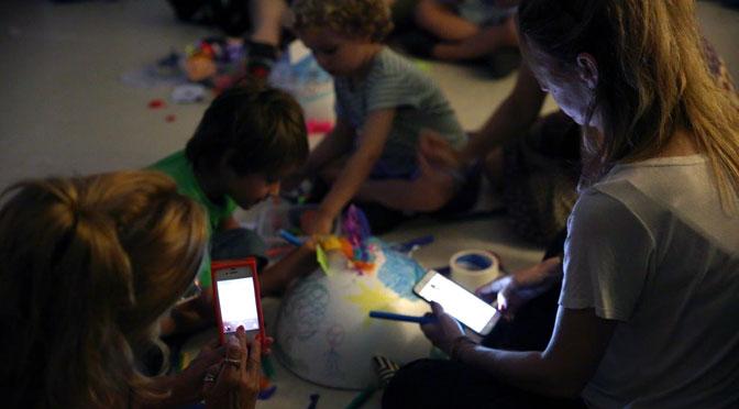 ¿Cómo impacta el uso de móviles en la relación entre adultos y niños?