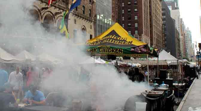 Feria de comidas en la avenida Lexington, New York, EE. UU.