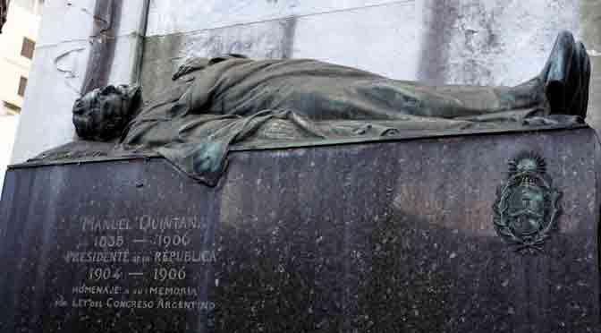 Bustos y esculturas en el cementerio de la Recoleta