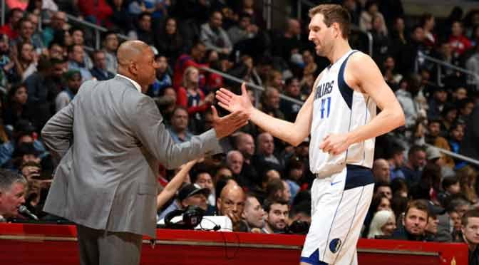 El gesto de un entrenador que frenó un partido de la NBA para homenajear a un rival