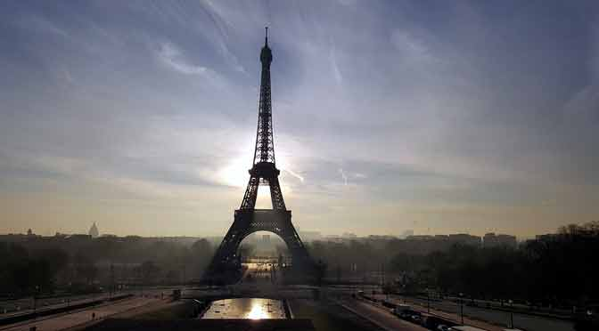La torre Eiffel se vistió de gala para celebrar su cumpleaños 130