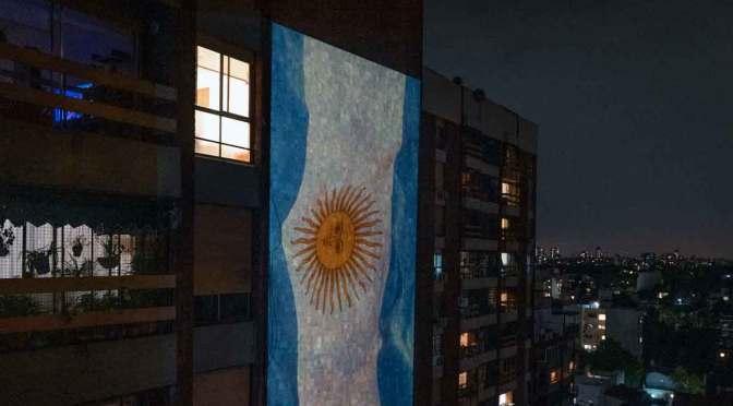 VJ iluminan muros de Argentina y Perú con mensajes sobre la pandemia