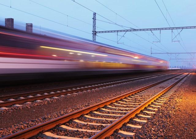 Vorbeifahrt eines Zuges. (Foto: © TTstudio / fotolia)
