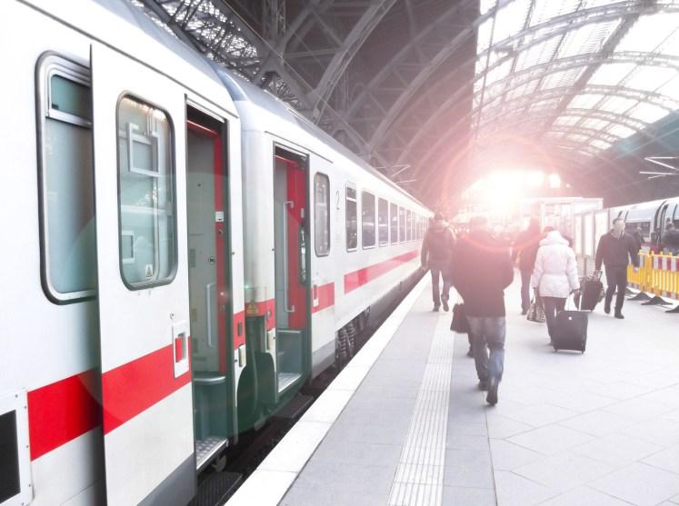 Fahrgastwechsel im Bahnhof: Ein Intercity steht am Gleis bereit. (Foto: © pure-life-pictures / fotolia)
