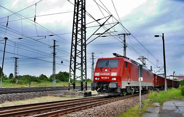 Symbolbild: Güterzug bei der Vorbeifahrt. (Foto: © Frank Kropp / pixelio.de)