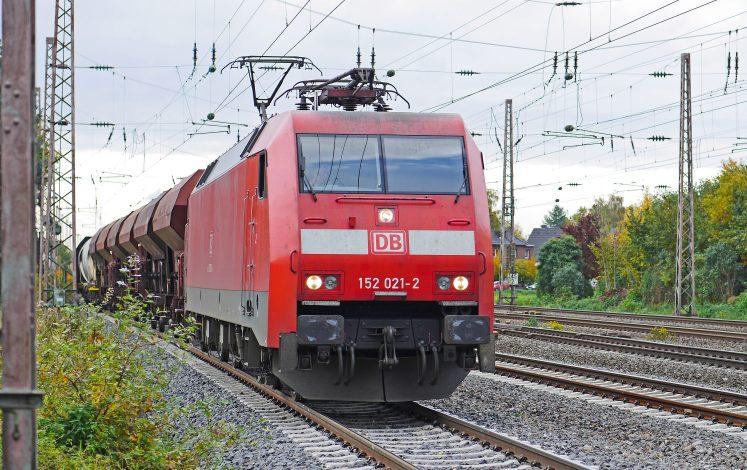 Symbolbild: Güterzug gezogen von einer Ellok der Baureihe 152. (Foto: © Erich Westendarp / pixelio.de)