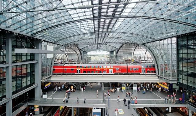 Blick in die Bahnsteighalle Berlin Hbf mit RE als Dosto. (Foto: © DB AG / Max Lautenschläger)