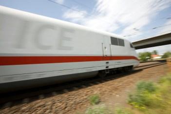 Symbolbild: Dynamisch aufgenommen rollt ein ICE 1 Baureihe 401 dem Ziel entgegen. (Foto: © DB AG / Ralf Braum)