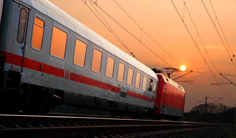 Symbolbild: Intercity-Reisezug mit Ellok Baureihe 101 unterwegs in den Sonnenuntergang. (Foto: © DB AG / Bartlomiej Banaszak)
