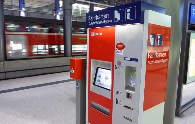 Fahrkartenautomat der Deutsche Bahn in einem Bahnhof (Foto: © DB AG / Volker Emersleben)