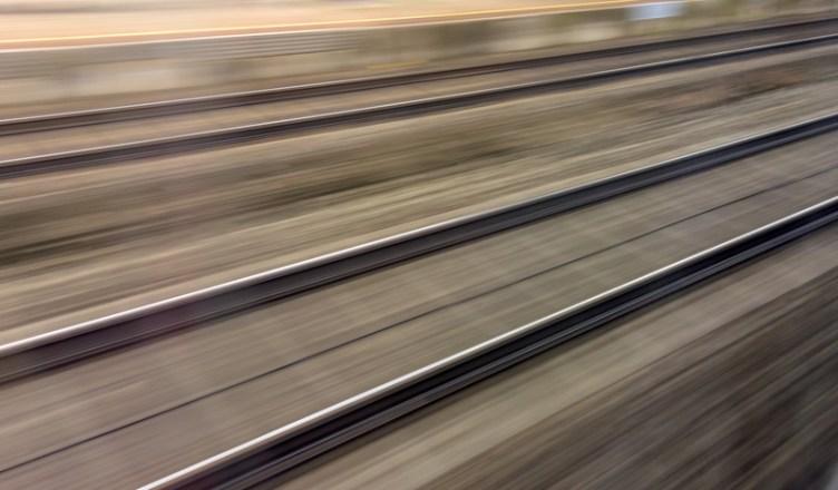 Symbolbild: Gleise und Schienen in Bewegung aus einem fahrenden Zug heraus. (Foto: © Gina Sanders / Fotolia)
