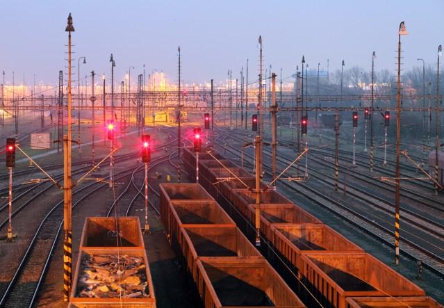 Halt zeigende Signale in einem Güterbahnhof. (Foto: © TTstudio / Fotolia)