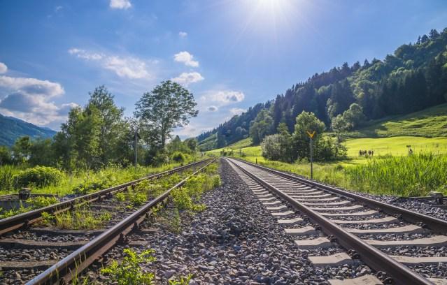 BUND Naturschutz-Landesbeauftragter Mergner: Statt auf Straßenverkehrswachstum zu setzen, muss die Bahn gestärkt werden. (Foto: © Photo Feats / Fotolia)