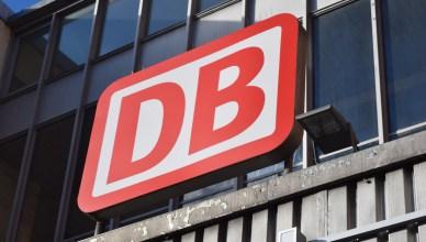 Logo der Deutschen Bahn am Eingang zu einem Bahnhof. (Foto: © Bahnblogstelle)