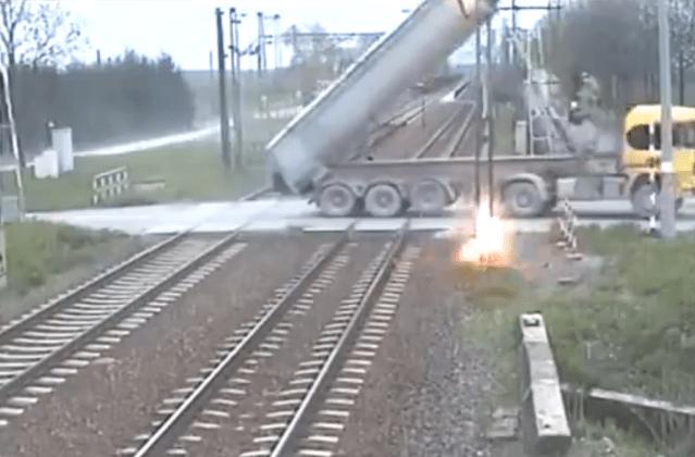 LKW reißt Oberleitung an Bahnübergang herunter. (Screenshot LeakLive.com)