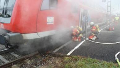 Einsatzkräfte der Freiwilligen Feuerwehr Engen kühlen das Bremssystem ab. (Foto: © Bundespolizei)