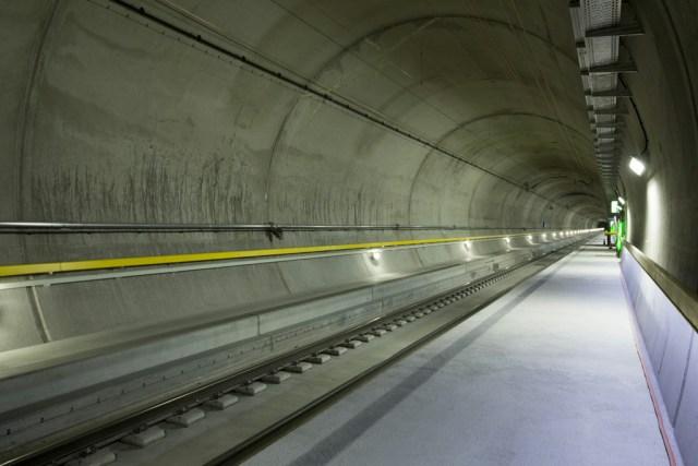 Blick in den beleuchteten Tunnel während dem Anlass zur letzten Fahrt in den Gotthard-Basistunnel am Montag, 24. August 2015, in Erstfeld. Ab dem kommenden 1. Oktober 2015 bis zur Eroeffnung des Gotthard-Basistunnels am 1. Juni 2016 werden Testfahrten durchgefuehrt, aufgenommen am 24. August 2015 bei Ersfeld. (SBB/KEYSTONE/Gian Vaitl)