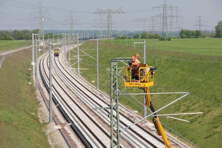 Techniker bei Arbeiten an der Oberleitungsanlage auf der Aus- und Neubaustrecke VDE 8. (Foto: © DB AG / Frank Kniestedt)