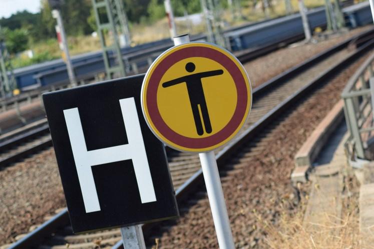 Das Betreten der Bahnanlagen ist untersagt! Schilder weisen auf das Verbot hin. (Foto: © Bahnblogstelle)