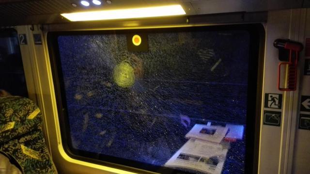 Durch Steinwurf zerstörte Fensterscheibe. (Foto: © Bundespolizei)