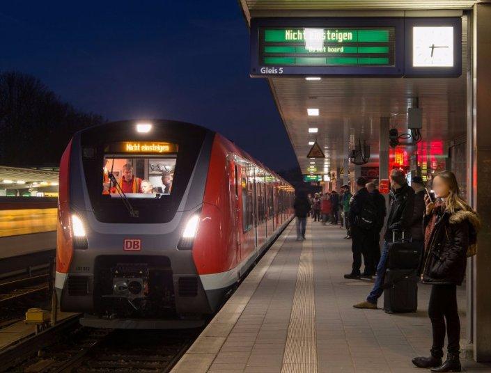 Bereits am frühen Morgen gegen 6:15 Uhr rollt einer der neuen S-Bahn-Züge durch Hamburg. (Foto: © Bombardier)