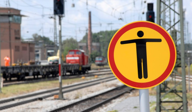 Verbotszeichen Gleisbereich Schild Bahnanlagen